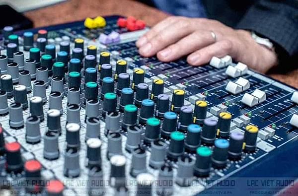 Khả năng hiệu chỉnh và khuếch đại của bàn mixer liền công suất không chuyên sâu được như mixer hay cục đẩy thường