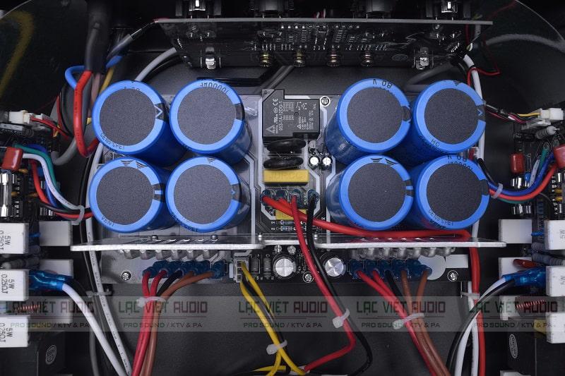 Hệ thống tụ bên trong của một cục đẩy công suất 2 kênh