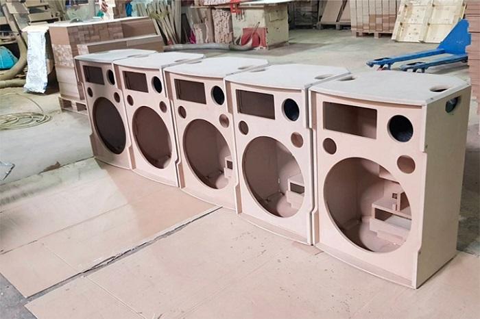Vỏ thùng loa được làm bằng gỗ MDF