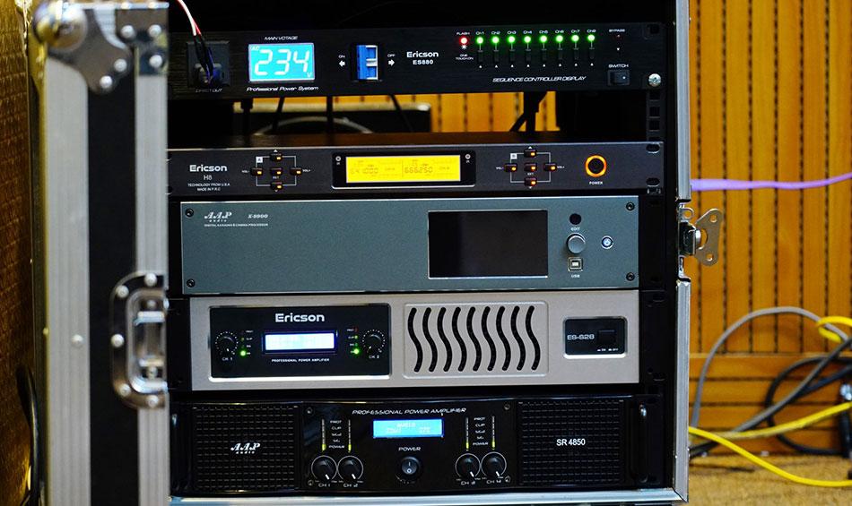 Vang số K 9900 trong tủ thiết bị của khách