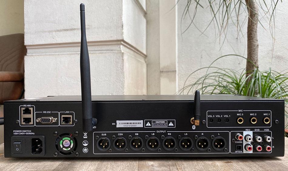 Mặt phía sau sản phẩm có cả cổng LAN