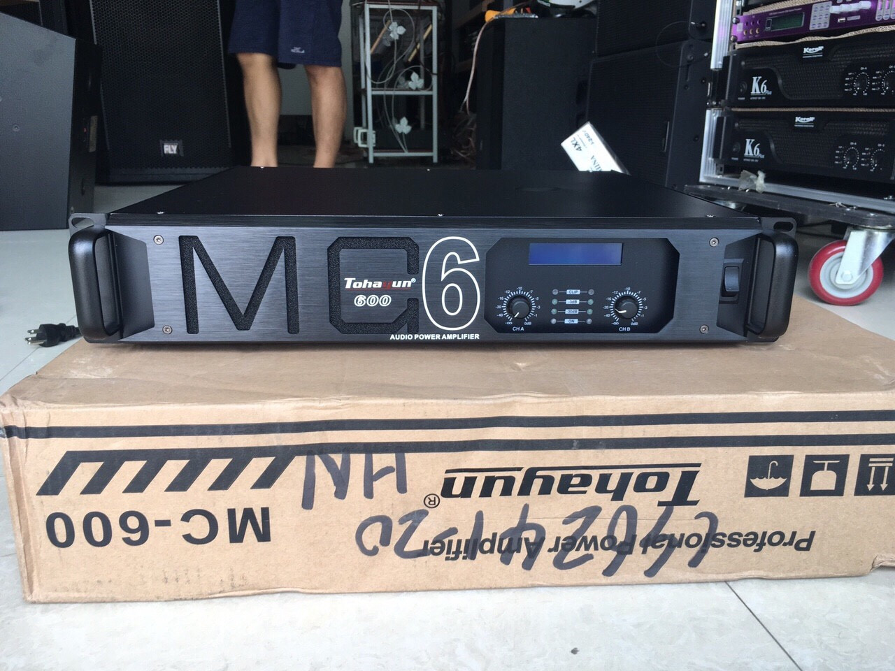 Chi tiết mặt trước và vỏ hộp cục đẩy karaoke MC 600