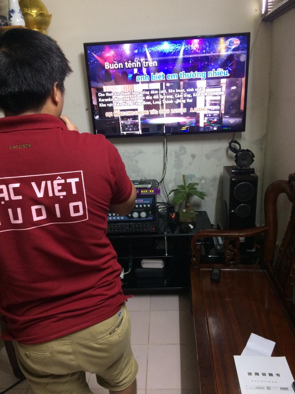 Kỹ thuật viên Lạc Việt audio đang chỉnh âm thanh