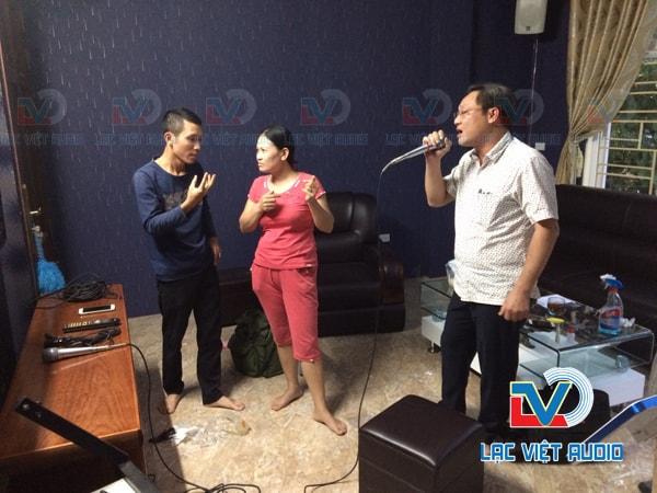 Anh Quang đang thử hát thử và cảm nhận dàn âm thanh.