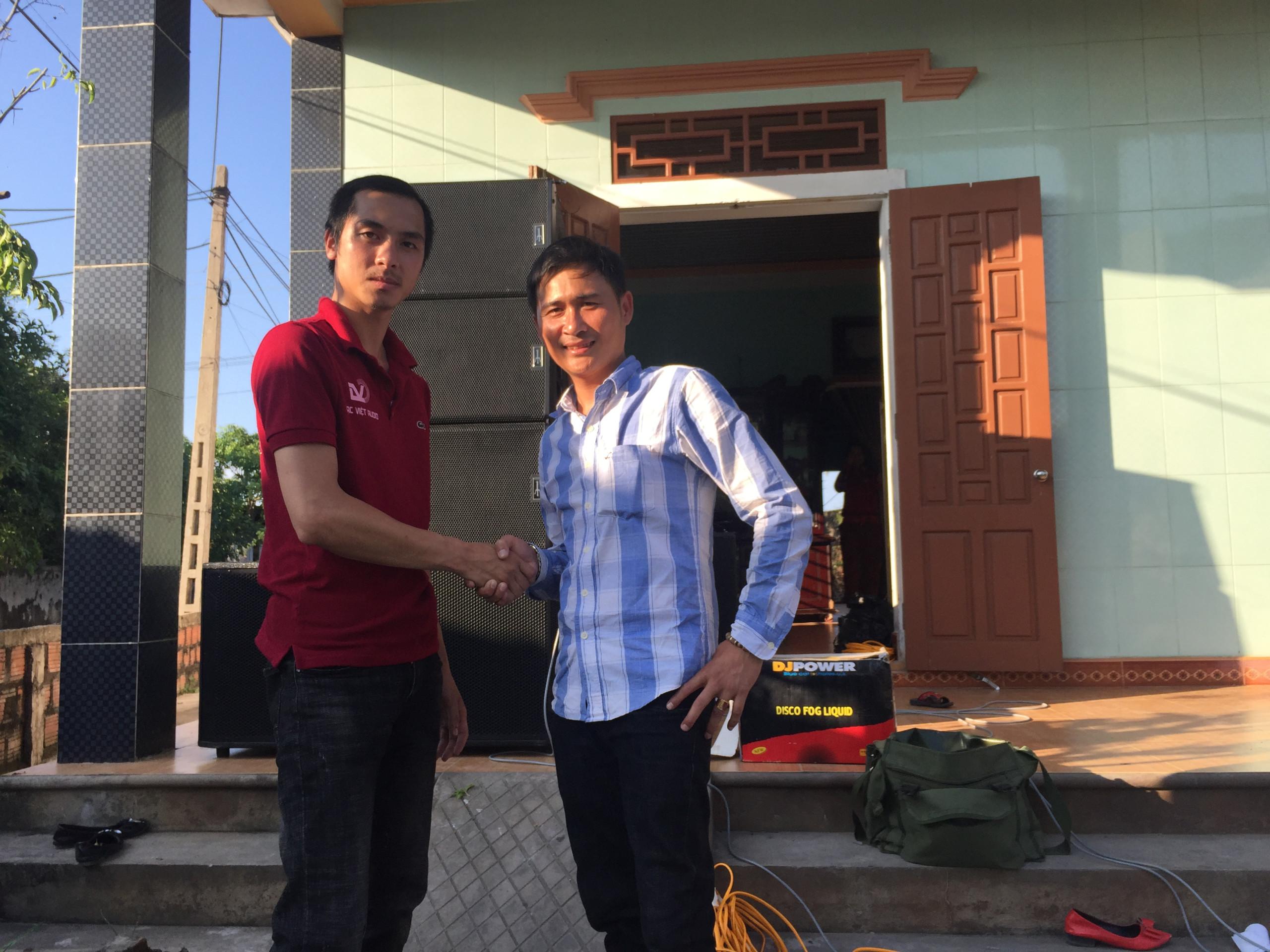 KTV Lạc Việt bắt tay kết tình thân ái với anh Bảy.